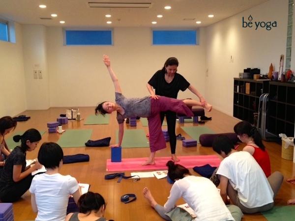 kumiko-mack-adjusting-standing-pose-500-hour-teacher-training-course-be-yoga-japan-hiroo-tokyo